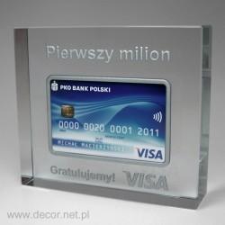 Szklany przycisk do papieru z kartą kredytową