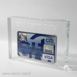 szklana bryła z kartą kredytową