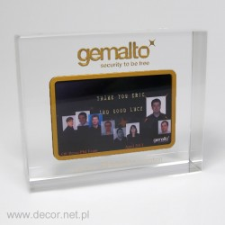 karta kredytowa wewnątrz szkła